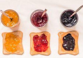 Toast, sandwiches, à, arachides, beurre, confiture, framboise, bleuets, orange, haut, vue